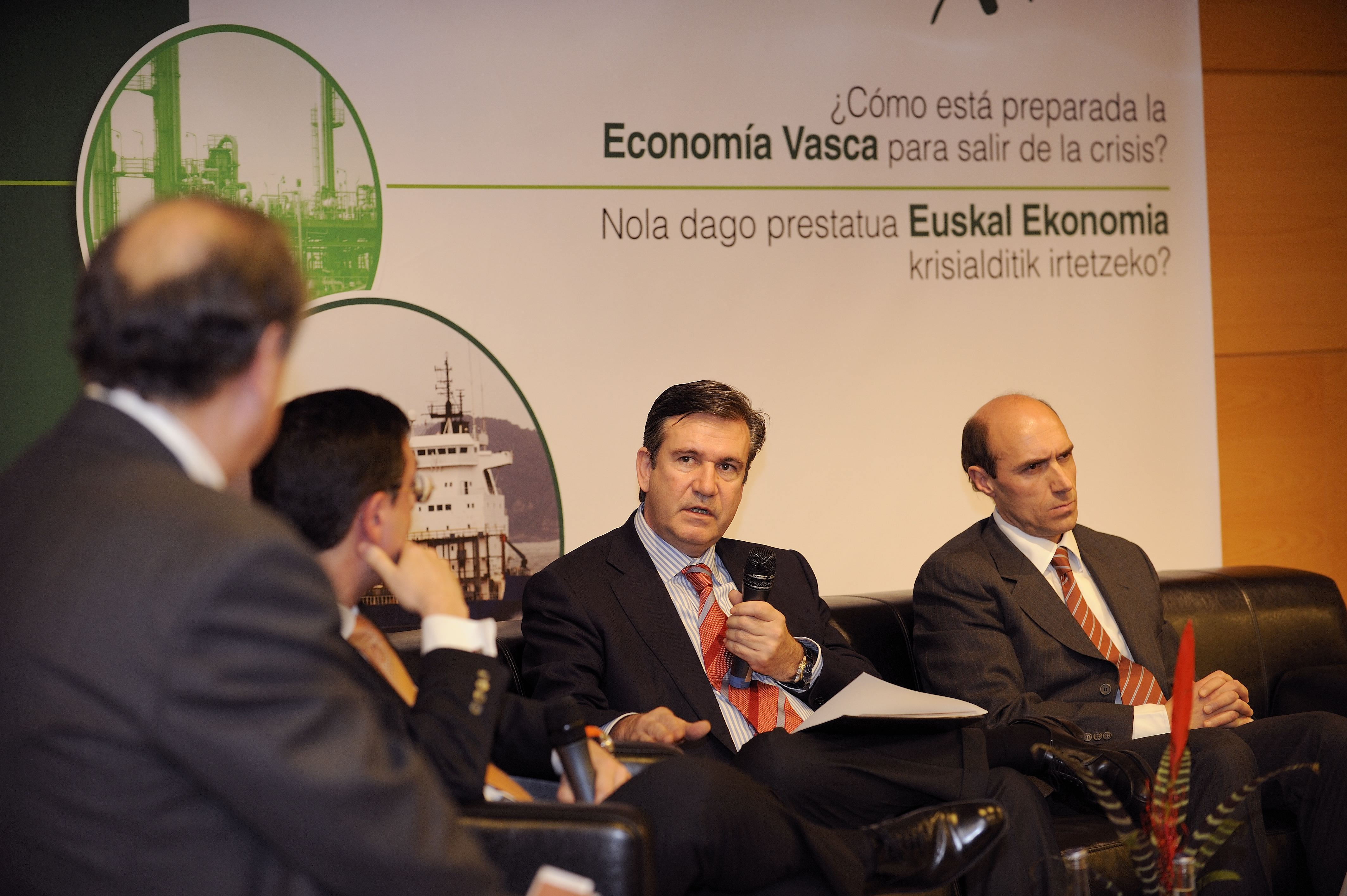 The Minister of Industry takes part in a roundtable on the economic crisis in the Basque Country