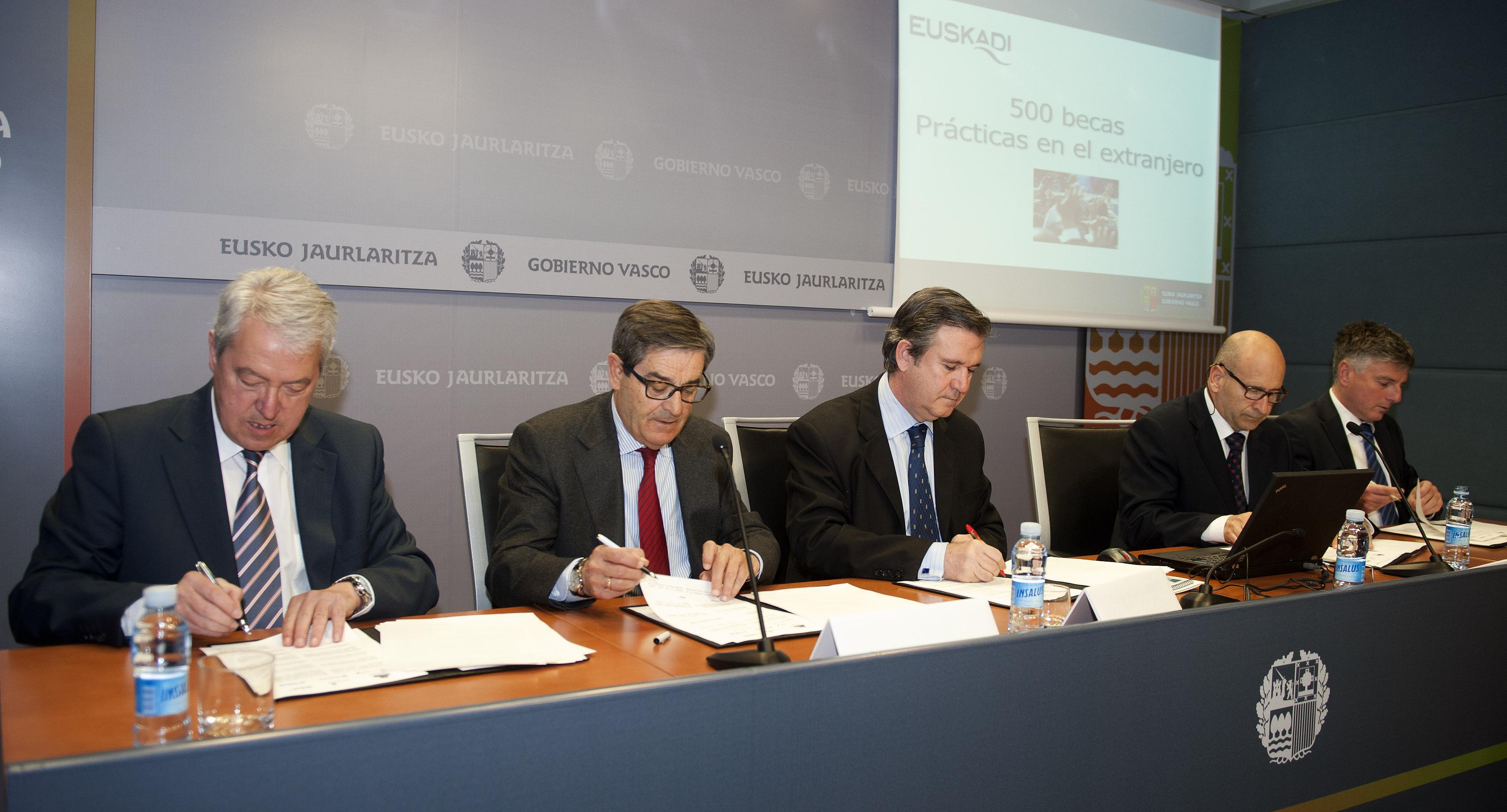 2012_04_16_unda_becas_extranjero_cajas_03.jpg