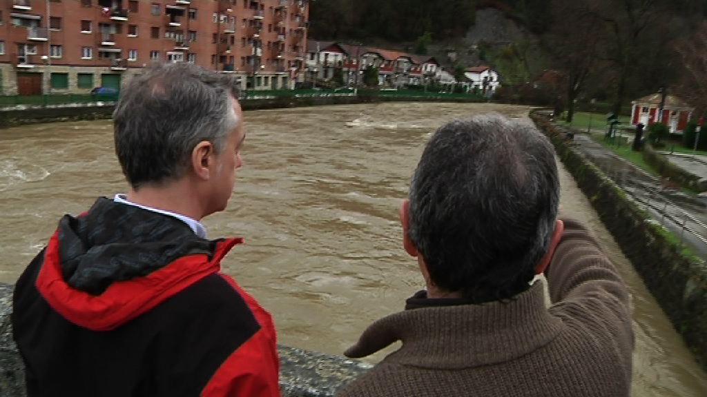 Video El lehendakari visita las zonas más afectadas por el temporal y el Gobierno Vasco  se compromete a colaborar para ayudar a las familias más damnificadas